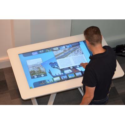 पीसीएपी टच स्क्रीन निर्माताओं, विजुअलप्लानेट द्वारा एक इंटरैक्टिव टेबल