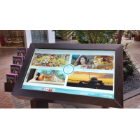 एक पीसीएपी पन्नी के साथ एक स्वयं सेवा टच स्क्रीन कियोस्क