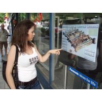 इंटरैक्टिव पन्नी के साथ टच स्क्रीन का उपयोग करने वाली लड़की