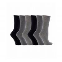 आरामदायक सॉक निर्माता से सादा ग्रे और काले मोजे।