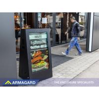 एक रेस्तरां के बाहर उपयोग में आउटडोर डिजिटल ए-फ्रेम साइनेज।