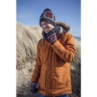 Seorang pria yang mengenakan topi dan sarung tangan dari produsen pakaian termal terkemuka.