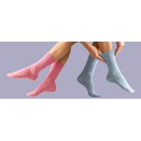 Kaus kaki diabetes merah muda dan biru dari GentleGrip.