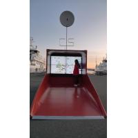 Una donna che utilizza un wayfinder con display touch screen di grandi dimensioni