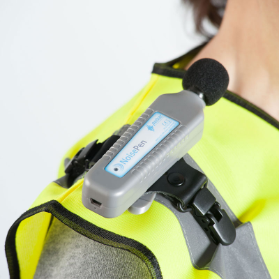 Dosimetro di rumore personale Pulsar Instruments montato sulla spalla di un lavoratore.
