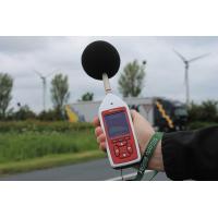 Lo strumento di misurazione del rumore ambientale e occupazionale verde Optimus in uso.