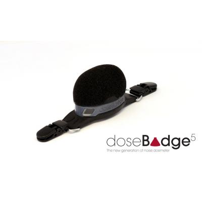 Il misuratore di decibel wireless wireless doseBadge5 di Cirrus Research.