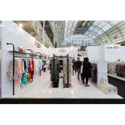 stand espositivi del Regno Unito per una società di abbigliamento in una mostra