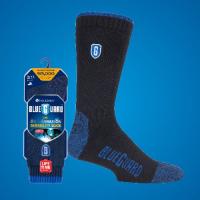 青色の背景の前に重い作業靴下を包装し、元の包装に入れる