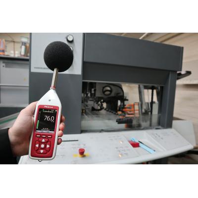 공장에서 사용되는 직업 소음 노출 모니터.