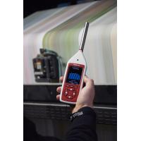공장에서 일하는 디지털 사운드 레벨 미터