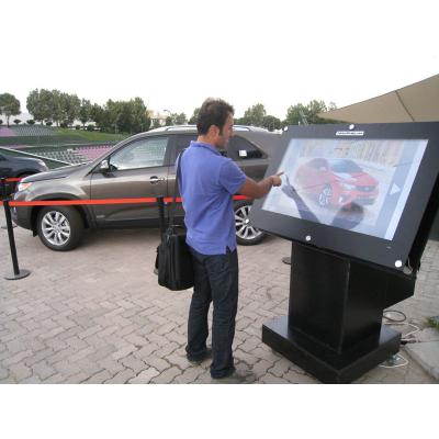 Seorang lelaki menggunakan kiosk overlay skrin sentuh 55 inci