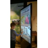 Seorang lelaki menggunakan totem interaktif yang dibuat dengan overlay skrin sentuh 55 inci