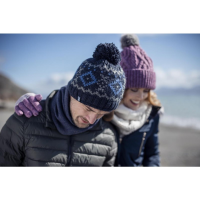 Seorang lelaki dan wanita memakai topi hangat dari pembekal topi termal.