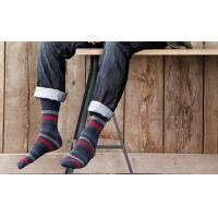 Seorang lelaki memakai kaus kaki bergaris dari pembekal sock berkualiti.