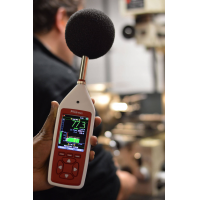 tempat kerja bunyi peralatan pemantauan di sebuah kilang mengambil bacaan yang