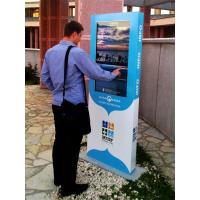 Een man die een display gebruikt van de toonaangevende fabrikanten van touchscreens