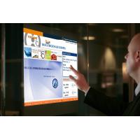 Een man met een PCAP-aangepast aanraakscherm