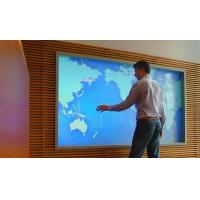Een man met een groot PCAP-scherm van VisualPlanet, fabrikanten van aanraakschermen