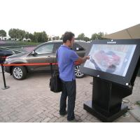 Een man die een 55-inch overlay-kiosk met aanraakscherm gebruikt