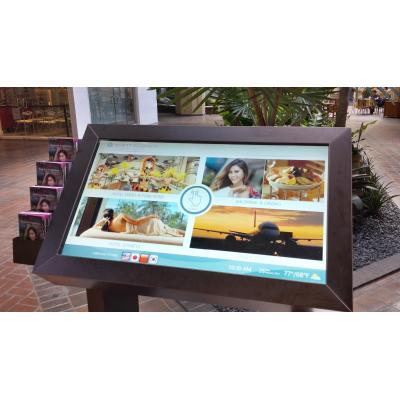 Een zelfbedienings touchscreen-kiosk met een PCAP-folie