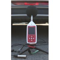 Bluetooth-decibelmeter die motorgeluidmeting doet.