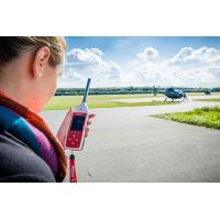 Eenvoudige geluidsniveaumeter in gebruik op een luchthaven.
