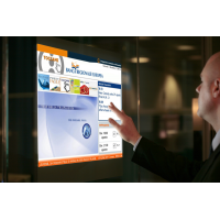 En mann som bruker en PCAP tilpasset berøringsskjerm