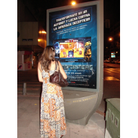 En kvinne som bruker PCAP interaktiv digital skilting