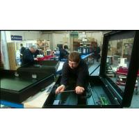 Produksjon av digitale kioskprodusenter på jobb.