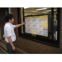 Mężczyzna używający 40-calowego ekranu dotykowego nakładanego na okno sklepu