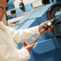 Mężczyzna kalibrujący miernik dźwięku firmy Pulsar Instruments, czołowego producenta mierników decybeli.