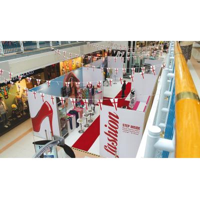 Wystawa Retail stoi w centrum handlowym