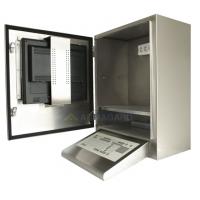 wodoodporna obudowa komputera z klawiatury klina i drzwi otwarte monitorze wyświetlana na drzwi