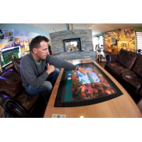 Filme sensível ao toque aplicado ao vidro de mesa sendo usado por um homem