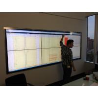 Um homem usando uma tela de toque pro cap em uma sala de reuniões