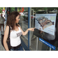Menina, usando, toque tela, com, interativo, folha