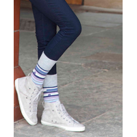 Meias femininas cinza e listradas do fabricante de meias confortáveis.