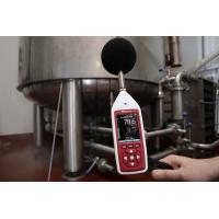 Um medidor de nível sonoro de classe 1 sendo usado em uma fábrica.