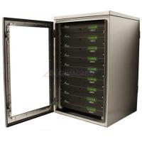 Cremalheira impermeável montar gabinete com servidores mostrando portas abertas