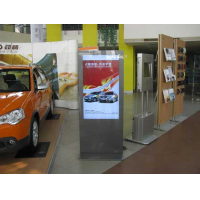 Sinalização digital de LCD em um showroom de carro