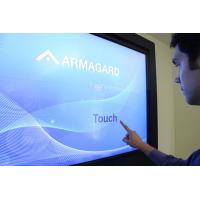 tela de toque digital signage sendo usado