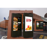 Dirija através de placas de menu de fabricante de quiosque em uso em um restaurante de fast food.