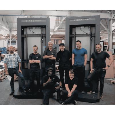 Equipe do fabricante de sinalização digital externa da Armagard com totens completos.