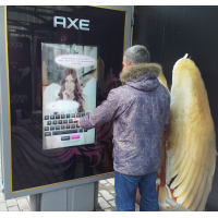 Человек с водонепроницаемым сенсорным экраном на автобусной остановке