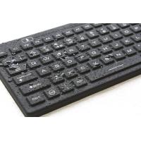 клавиатура с подсветкой крупным планом и влажный