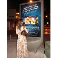 En kvinna som använder PCAP interaktiva digitala skyltar