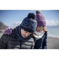 En man och kvinna som har varma hattar från en leverantör av termisk hatt.