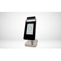 Infraröd termometer med ansiktsigenkänning för screening av deltagare för hög temperatur.
