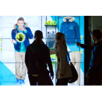 Geniş formatlı bir dokunmatik ekran vitrin penceresini kullanarak bir çift